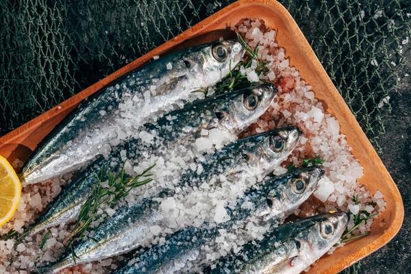 Pesce con lisca al sale